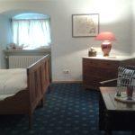 Doppelbett in der Ferienwohnung, ehemalige Direktorenwohnung