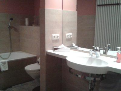 Bad mit Wanne und Dusche in der Ferienwohnung