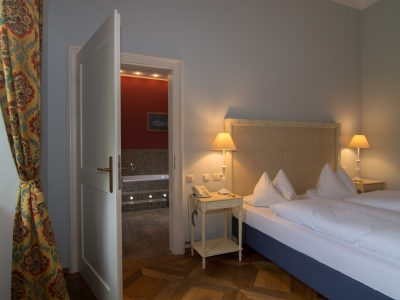 Blick vom Schlafzimmer in das Bad der Fürstensuite
