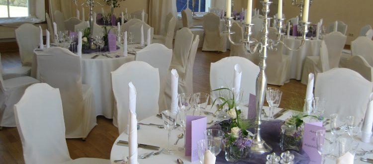 Festlicher heller Saal, für eine Hochzeit eingedeckte Orangerie.