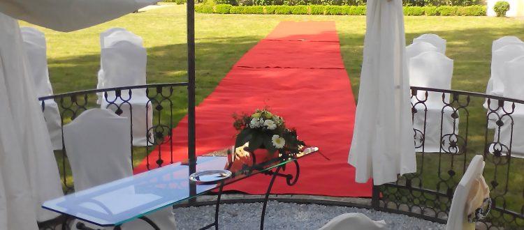 roter Teppich für das Brautpaar am Hochzeitspavillion