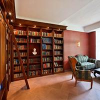Die Bibliothek im Hotel Schloss Gehrden, gemütlich mit einem Buch am Kamin Platz nehmen.