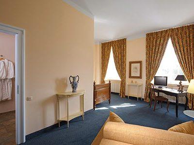 Einzelzimmer mit antikem Bett.
